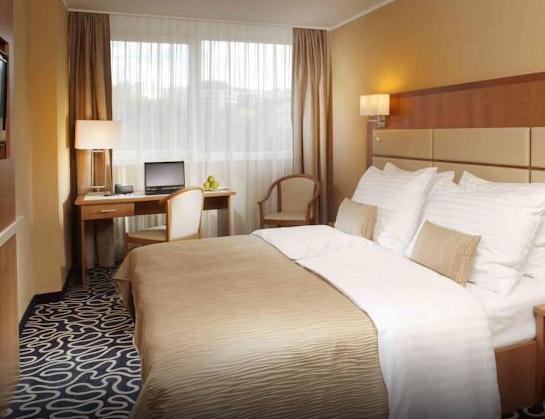 Hotellituba 3 cm triibuga satiin voodipesuga